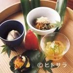 茅乃舎 - 料理5品に土鍋ご飯や味噌汁、デザートがつく昼のコース一例
