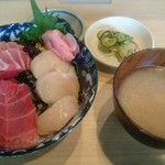 角常食堂 - マグロとホタテの二色丼 1000円