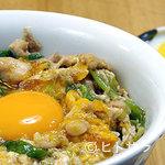 鳥喜多 - 看板メニューは4時間かけてとったダシで作る親子丼