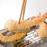 天麩羅処ひらお - 揚げたての天ぷらが次々と運ばれてきます