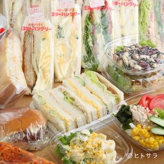 作りたての手作りサンドイッチとサラダも販売してます♪