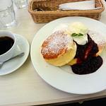 幸せのパンケーキ - 珈琲と濃厚チーズムースパンケーキベリーソースがけ