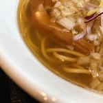極 煮干し本舗 - 淡麗煮干し塩ラーメン スープ