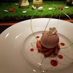 ラトリエ ドゥ ジョエル・ロブション - 苺のクーリを閉じ込めたムースとヨーグルトのソルベのスフェール