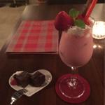 カフェ ド ソレイユ - オリジナルカクテルは季節によってフルーツが変わるようです。スムージーっぽくておいしかった!