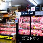 板前焼肉一斗 - 入口に置かれたショーケースには厳選された肉が並んでいます