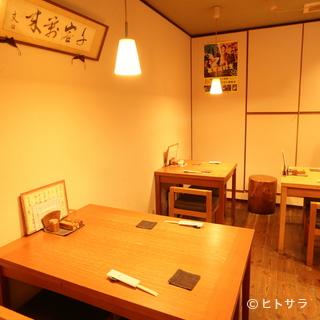 落ち着いた店内で楽しむ豊富な日本酒のラインアップ