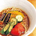 そば処 とき - 冷やしカレー蕎麦1300円は夏野菜たっぷり