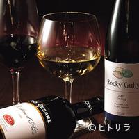RIGOLETTO TAPAS LOUNGE - 月替りワインは赤白一種ずつ700円〜。毎日通いたくなるセレクト