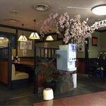 さぬき路 - 店内に桜が咲いてる!じゃなくて造花です。