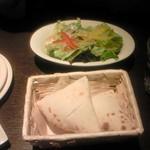 魔法のパスタ - サラダセットのサラダとピザ