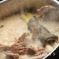 ラーメン横浜家 - スープは豚骨パイタンスープ。濃すぎず程よい味わいです。