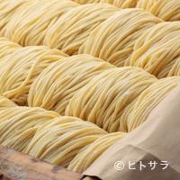 ラーメン横浜家 - 麺は自家製の熟成中太麺。