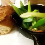 ワイン食堂 TAKEWAKA - ネギとエビのアヒージョ
