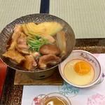 鎌仁別荘 - 鶏もも肉のすき焼き。隣の方からいただいた鶏肉ものってます。