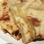 印度 - 炭焼きチーズナンのアップ