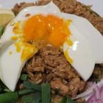 タイ国専門食堂 - カオパットムーガパオ、玉子をくずして食べる