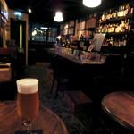 バー・ミュージック - ビール。店内はアンダーな照明