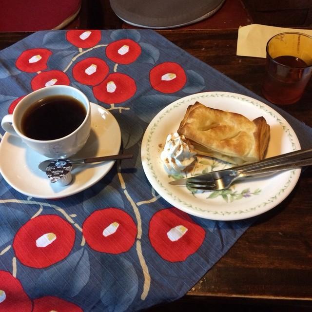 コーヒーハウス ラム - アップルパイとブレンドコーヒーのケーキセット。 税込700円。 美味し。