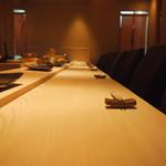 鮨 辰也 - 白木のカウンターは圧巻です