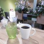 アグレ カフェ ザ テラス - 珈琲と店内のお花