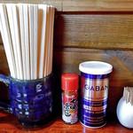 らーめん丸木屋 - 卓上に常備された調味料類