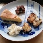 65169891 - ケーキセット~本日はチーズケーキ、スコーン、ブラウニー+アイスクリーム¥850(+HOT自家焙煎珈琲)