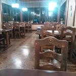 レストラン萩 - 白く見えますが実際は電球色