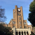 65175177 - 正門正面の時計台が印象的な1号館。                       本郷キャンパスの安田講堂に似せて造られたのだそう。
