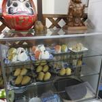 麺処 河萬 - ガラスケースにはおにぎり、いなりが並べてあります。