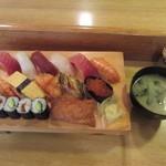 おひげ寿司 - みそ汁付いています。