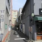 おひげ寿司 - 両脇が画廊の路地に、