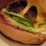 ハンバーガーショップ ヒーロー - フカフカのバンズに美味しいチーズ チーズバーガー