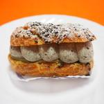 ロア レギューム - 料理写真:自家製ゴマのシュークリーム