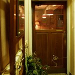 アナログ カフェ ラウンジ トーキョー - 4階まで階段をあがってこの扉をあけるとアナログです