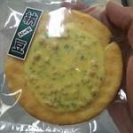雷神堂 - 納豆チーズせんべいの開封前