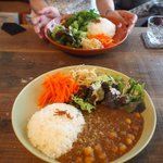 Handmade cafe USAGIUMA - ヒヨコ豆のカレ―とエスニックライス