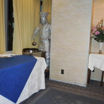 赤坂 四川飯店 - アルミ箔で作った陳建一氏の像です。