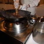 赤坂 四川飯店 - 熊本県産 あじさい牛サーロインの表面を焼いている様子・その1です。