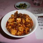 赤坂 四川飯店 - 陳麻婆豆腐をご飯にのせた様子です。