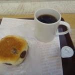 ドムドムハンバーガー - ふわふわ金時豆パン、ホットコーヒーS