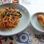 恵比寿屋 トラットリア - トマトソースパスタ&バケット