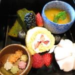 ザ パレス ラウンジ - 苺のロールケーキと宇治抹茶のパウンドケーキとフルーツジュレ 和菓子と金平糖とフルーツ