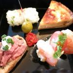 The Palace Lounge - 青菜の俵むすび オリーブ&セミドライトマト ベーコンとオニオンのキッシュ コールドビーフとレフォートマヨネーズのタルティーヌ シュリンプとエッグとトマトと竹炭パンのタルティーヌ