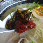 東龍軒 - 「チャーハンセット」辛子高菜と赤ゴショーを投入