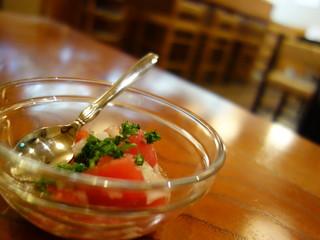 宮古そば処 分家 吉兵衛 - トマトをピクルスの汁で和えたような風味の小鉢(玉葱ドレか・・・)
