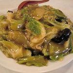 蘭苑酒家 - 中華飯。具はキャベツ・豚肉・竹の子・キクラゲ・ネギなど。