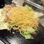 浅草もんじゃ 土蛍 - 麺を投入
