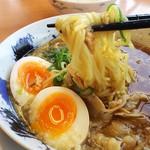 にく次郎 - 1704_にく次郎 西宮店_熟成醤油 肉そば味玉入り@842円_麺は至って普通。。。