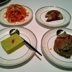 65222708 - 右上:牛肉のスパイス焼き 右下:麻豆腐 左上:人参の炒め物 左下:翡翠豆腐